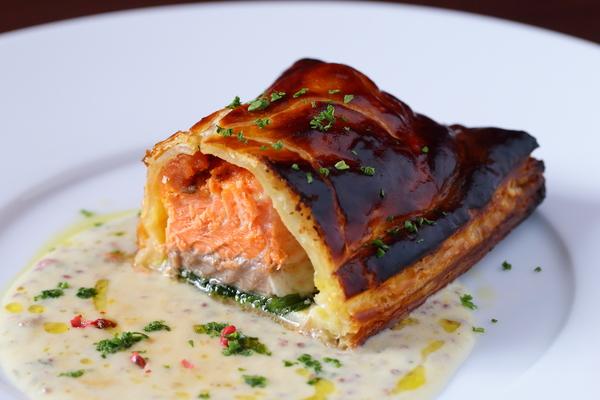 お魚メインにぜひ!【タスマニアサーモンノーパイ包み焼き】 今夜お席ガラガラです!ゆったりお過ごしいただけます。